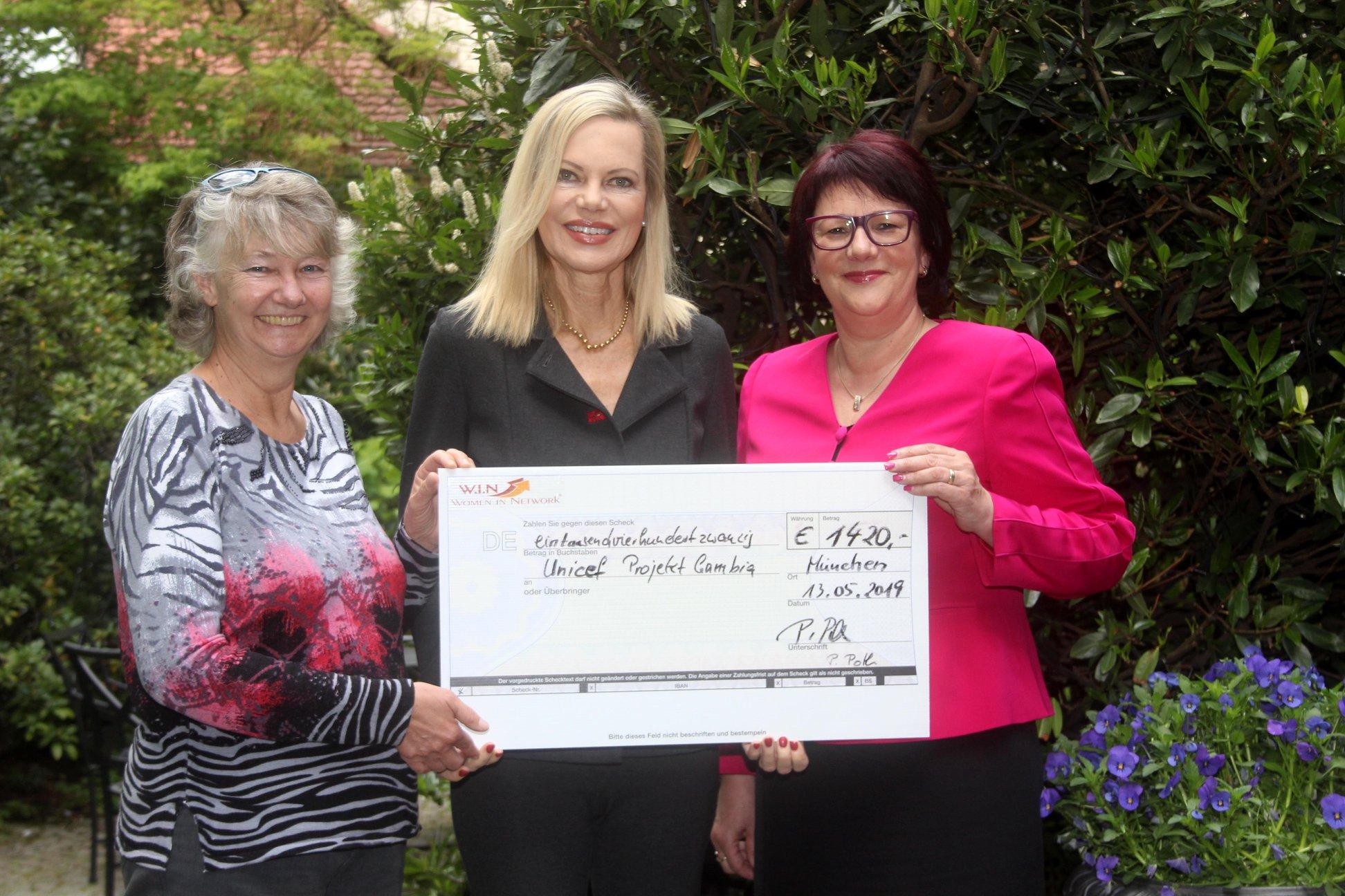 Nina Ruge erhält Scheck für Unicef
